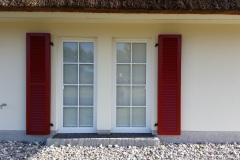 Klappläden aus Aluminium: Reetdachhäuser am Bodstedter Bodden